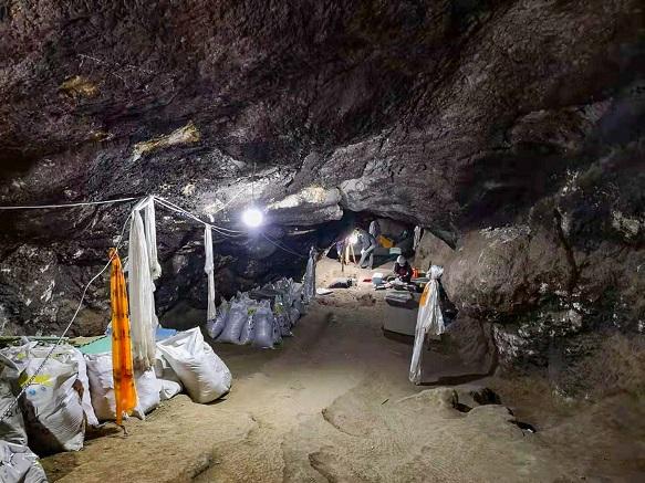 In der Baishiya Karsthöhle, die auf 3280 Metern im Hochland von Tibet am Fuß einer Felswand liegt, fand ein Mönch einen Unterkiefer eines Denisovaner-Menschen Foto: Dongju Zhang, Lanzhou Universität