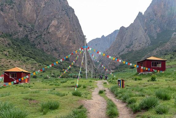 Ein Trampelpfad führt zur Baishiya Karsthöhle, in der ein Mönch am Fuß einer Felswand in 3280 Metern im Hochland von Tibet einen Unterkiefer eines Denisovaner-Menschen fand Foto: Dongju Zhang, Lanzhou Universität